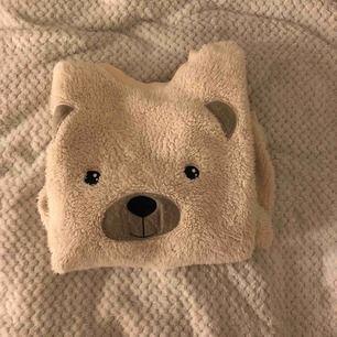 Mysig och gullig Teddy-tröja från Cubus. Fluffig och mysig att ha på sig! Möts upp och tar endast swish! Fraktkostnad tillkommer! 🐻🐻