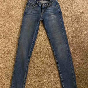 Säljer mina blåa jeans från Levis, pga att de blivit för små! Storlek 25. De är nästan oanvända och i nyskick.  Köpta på Levis butiken i Gallerian, Stockholm. Tyvärr vet jag inte om jag har kvar kvittot.  Kan skickas!