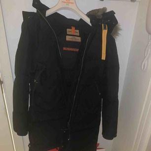 Säljer min svarta parajumper long bear, köpte den på Johnells denna vinter. Utmärkt skick