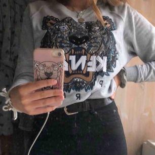Säljer min tröja från Kenzo!  Storlek XS, fint skick. Osäker om jag har kvar kvitto.  Finns i Stockholm, kan mötas i stan :)) skickas mot att köparen betalar frakt!