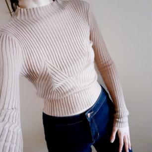 Superfin nude highneck/lite cropped ribbad tröja från HM(längesedan!)🧡Bra skick! Frakt: 59:- postens M-emballage