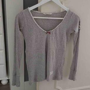 Säljer en grå Odd Molly långärmad tröja Strl 1 som motsvarar S Inga hål eller liknade Kan hämtas eller fraktas Använd 2-3 gånger