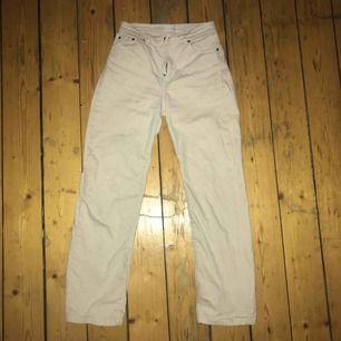 Snygga vita jeans xs! Formar allt snyggt och har straightleg/bootcut frakt ingår inte i priset!