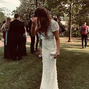 """INTRESSEKOLL på min fina balklänning!  Lite tyg undertill är påsytt även en bit utanpå vid """"släpet"""""""