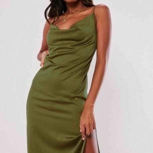 Satin klänning från missguided, lätt stretch i den. Den va lite för liten runt höfterna på mig och kom aldrig till användning. Aldrig använd med prislapp kvar. Original pris runt 250-300kr💗