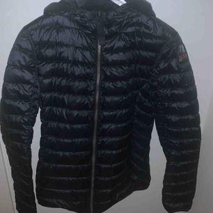 Svart parajumper rosalyn jacka. Knappt använd vår/höst jacka. Köpt förra året i våras på NK. Passar också personer som brukar ha storlek S ✨