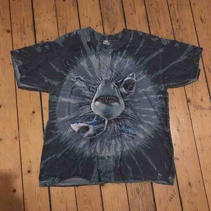 Stor bagig t-shirt unik och jättesnygg men har ingen plats i garderoben tyvärr:( frakt ingår inte i priset