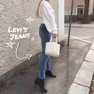 Levi's, vet ej om de är äkta men de är i fint skick. Sitter snyggt men har redan några likadana. Jag är ca 169cm. Frakten kommer på 60kr extra.