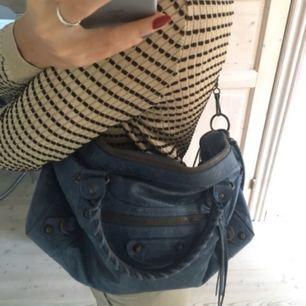 Säljer min jättefina Balenciaga-väska i modellen twiggy. Inköpt på vestiaire collective för 8000kr men aldrig använd. Äkthetsbevis finns. Önskas fler bilder är det bara att säga till! :)