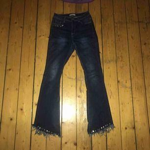 Jätte stretchigt tyg med snygga detaljer snygg jeans färg! Bootcut som passar xs till m köpa för 600 använda kanske 3 gånger. Frakt ingår ej