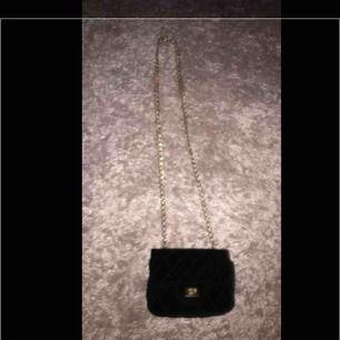 Jätte fin väska haft länge använt några gånger den har tappat färg på öppningen eller där man drar upp 100 inklusive frakt :))