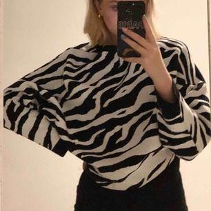 bekväm tröja från gina i zebramönster. inte använd mer än 5 gånger! frakt är inkluderat i priset!📦💖