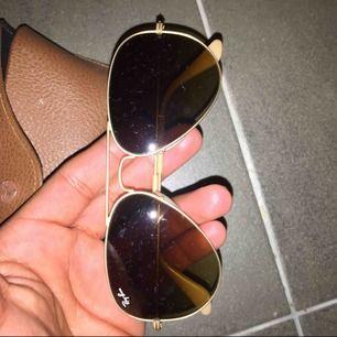 hej säljer nu mina fina ray ban solglasögon.Har inte använt dem mer än 5 gånger.Köptes i Kanada för ett år sedan för 250 USD.