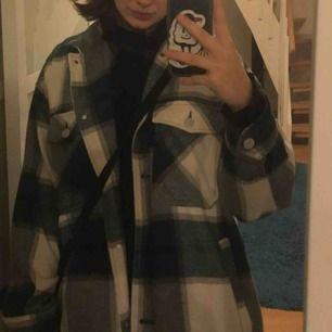 Säljer min jättefina  grönrutiga flannel jacka ifrån zara! Använd några gånger men säljer pågrund av att den inte riktigt passar min stil. Den är i storlek L och sitter fint oversized på mig som är en xs-s💗