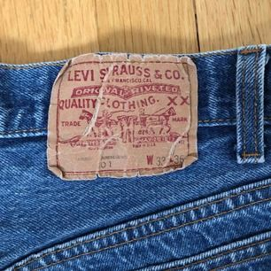 Vintage Levishorts midjehöga som passar en S/M med mindre rumpa. Kan mötas upp i stockholm eller skickas om köparen står för frakt.