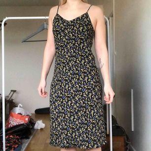 Klänning från Beyond Retro, använd fåtal gånger, gott skick! Justerbara axelband och klänningen går över knäna. Kan mötas upp