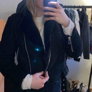 Säljer min päls jacka från zara. Den passar tills höst/ vinter och är i mocka material. Fraktar för 90 kr med spårbar frakt 🥰