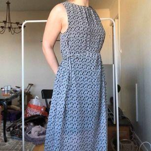 Långklänning från Monki, storlek är S men passar lika bra på en M. Knytband i midjan