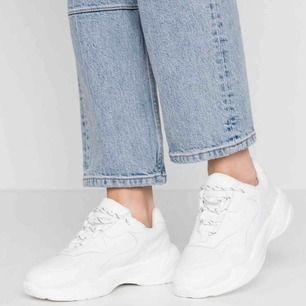 Suuper snygga vita sneakers som från NA-KD, som bara har använts en gång, annars är de helt nya. Säljer pga. av att de tyvärr är för små. Slutsåld på hemsidan. Kan mötas upp i Lund ☺️✨ Ordinarie pris: 500kr