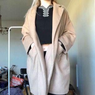 Väl använd beige Kappa/rock från Zara basic utan knappar. Lite noppor men annars är den i bra skick.