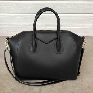 Luxury Leather Bag från chiquelle. Fick de i studentpresent men har aldrig använt den, den är verkligen HELT ny.   Kan skicka mot att köparen betalar frakt :)