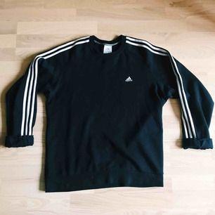 Vintage adidas sweatshirt / crewneck Storlek L-XL, passar fint på personer med mindre storlek också. Väldigt mörkblå, nästan svart. Frakt 63kr