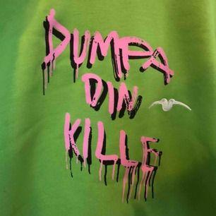 Helt oanvänd hoodie från samarbete mellan Dumpa Din Kille och Rabdon Bastards! Nypris 700, säljer för 250 + frakt!