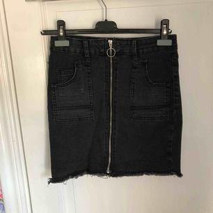 Säljer en kjol från boohoo i storlek s. Inga hål eller slitningar. Kan mötas upp eller frakta.