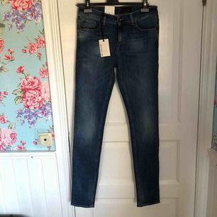 Säljer ett par helt nya tiger of Sweden jeans i storlek 30 i midjan och 34 längd i modellen slight. Kan mötas upp eller frakta