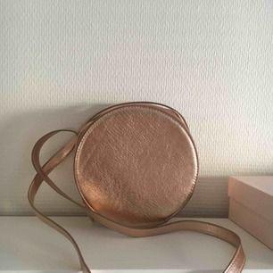 Sjukt söt rund väska från monki🌷  Tar bara kontanter då jag inte har någon swish, möts upp inom stockholm🌸