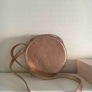 Sjukt söt rund väska från monki🌷 möts upp inom stockholm🌸