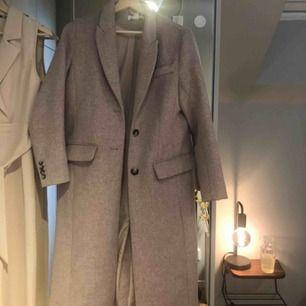 Superfin ljusrosa/beige kappa i storlek 34 som sitter väldigt fint på. Använd endast ett fåtal gånger, perfekt till våren! 💗
