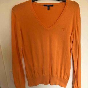 Snygg orange tröja från Gant. Det står att det är en xl men passar bättre på en m, beroende på hur man vill att den ska sitta. Använd ett fåtal gånger. Köparen står för frakten.