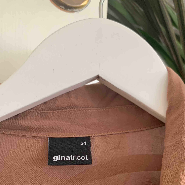 Super härlig skjorta i kaffebrunt från Gina! Lite skrynklig på bilder men går lätt att stryka vid intresse. Går att klä upp & ner! Den har varit älskad men har ingen användning för den längre, därav säljer jag. Frakt tillkommer eller möta upp i Sthlm <33. Skjortor.