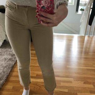 Snygga beiga jeans, skönt material.