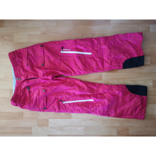 Rosa skid- snowboardbyxor. Bra fickor och dragkedjor för vädring. Mönster av dalahästar! Märke Cross