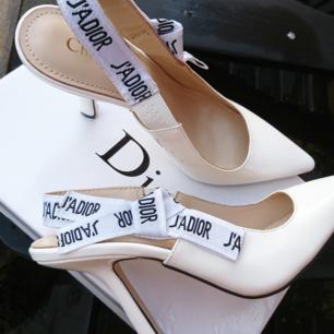 Väldigt populär modell av Dior pumps som passar alla tillfälle. Helt Nya pumps från Dior De är väldigt bra Kopia som är äkta! De är gjörd av äkta läder och toppen kvalitet. Passpormen är väldigt bra som ger sexigt look.  Varan skickas spårbart via postnord skicka lätt 63kr