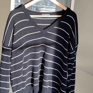 Stickad tröja från Brandy Melville!!🤩🤩Har använt den mycket men fortfarande i fint skick. Kan mötas upp i Stockholm eller så står köparen för frakt💙