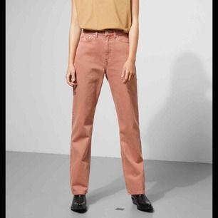 Ljusrosa jeans från weekday i modellen row. Köptes för några år sedan så jag tror inte att jeansen finns kvar i butik. Har inte använt så många gånger pågrund av att det sitter för tajt på mig.