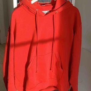 Röd hoodie från Weekday i storlek S!! Den är oversized så passar även en M. Kan mötas upp i Stockholm eller så står köparen för frakt💙