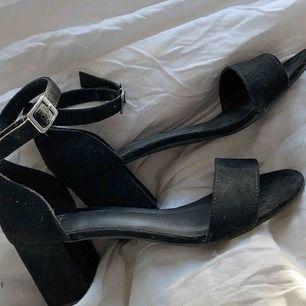 Säljer mina skor jag hade på min bal🥰 De är storlek 36 men passar mig som vanligen har skor mellan 36.5-37.5. Jättefina och endast använda en gång! Kan mötas upp i Stockholm eller så står köparen för frakt💙