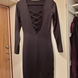 Svart klänning. Aldrig använd. XS. 100 kr.