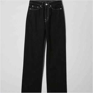 Säljer de SNYGGASTE jeansen från weekday i modellen row, strl 25/30!! Sitter så snyggt!! De är välanvända men är i bra skick!!