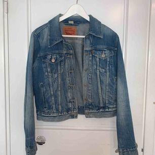 Sjukt snygg jeans jacka från Levis. Kom tyvärr aldrig till användning (köpte i höstas på Levis store för 1600kr). Sitter super snyggt lite oversized på. Perfekt vår jacka!