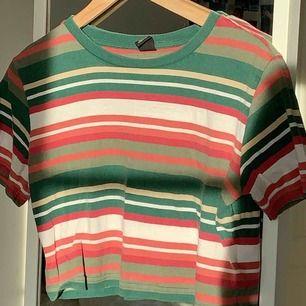 Jättefin grön och kort, randig tröja från Urban outfitters! Använd fåtal gånger så är fortfarande bra skick💚 kan mötas upp i Stockholm eller så står köparen för frakt💚
