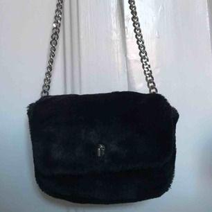 En söt liten väska i fake päls från mango men en silver kedja   80kr + frakt