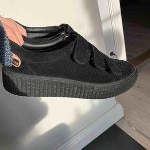 Skor från Urban Outfitters! Fortfarande fint skick och passar mig som har skor mellan 36.5-37,5. Kan mötas upp i Stockholm eller så står köparen för frakt💙💙