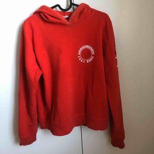 Röd hoodie med tryck på framsidan samt vänster armen från Gina Tricot. Kan mötas upp i centrala Västerås eller Leksand. Skickas på poster mot en fraktkostnad på +49 kr. Finns på fler sidor. Tar endast emot betalning via swish eller kontant.