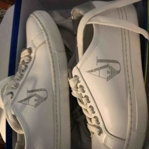 Armani sneakers använda ett fåtal gånger, bra skick. Nypris 1500kr säljes för 500 strl 37