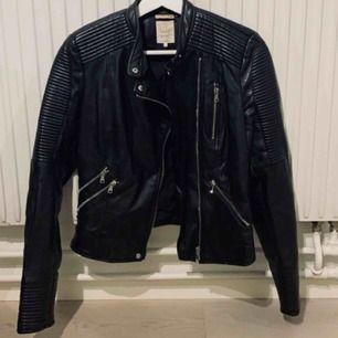 Säljer en superfin svart skinnjacka från Zara i storlek S.  Fina detaljer, knappt använd.   150 kr + eventuell frakt